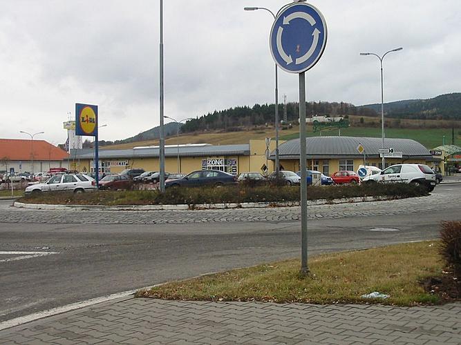 Veřejná zeleň ve městě Český Krumlov - kruhový objezd v Domoradicích před realizací