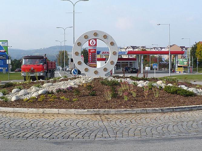 Veřejná zeleň ve městě Český Krumlov - kruhový objezd v Domoradicích po realizaci